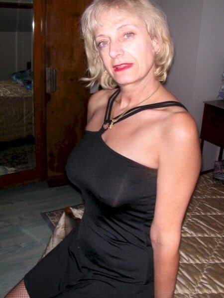 Cougar sexy domina pour mec obéissant